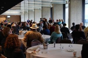 Dans la salle à dîner, les congressistes posent des questions aux candidates au poste de présidente du PEN International