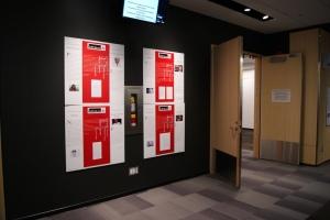 Les 15 ans de Livres comme l'Air couvrent les murs des corridors du Centre-III